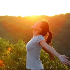 Image d'une femme heureuse au soleil