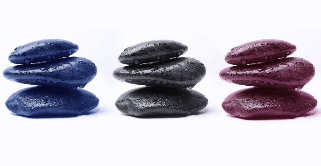 3 pierres de couleurs pour illustrer sophrologie
